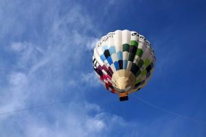 秋空と熱気球