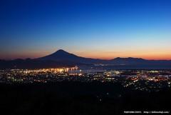 夜明けの港街